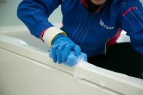 浴槽を丁寧にお掃除します